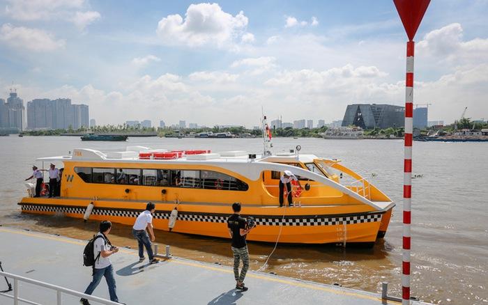 """Nói một chút về tuyến xe buýt sông Sài Gòn thì kiểu water bus này rất phổ biến ở nước ngoài, nhất là ở Châu Âu, Dubai, ở Bangkok thì gọi là thuyền chứ ít gọi là water bus. Riêng ở Việt Nam thì đây dường như là hệ thống water bus (xe buýt sông) đầu tiên, do đó được xem là… """"sự lạ""""."""