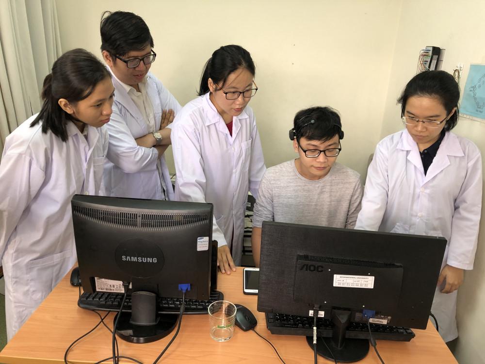 Tiến sĩ Hà Thị Thanh Hương (giữa) đang hướng dẫn sinh viên nghiên cứu