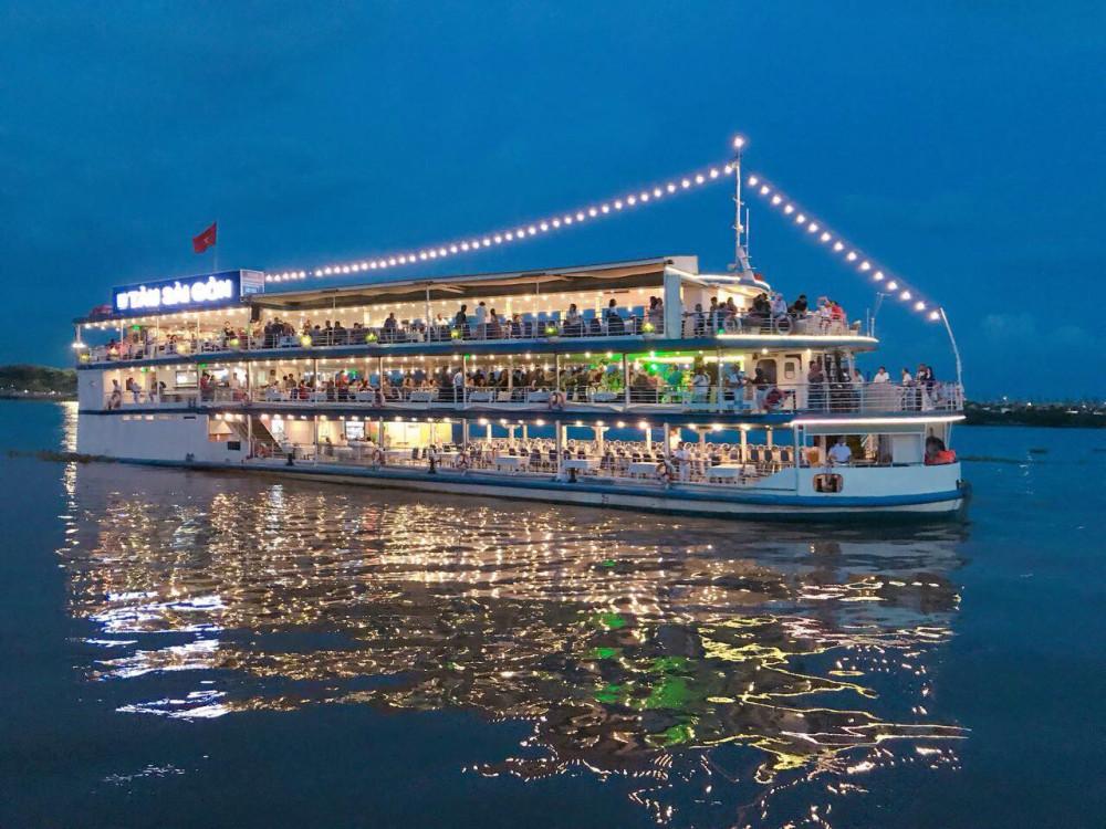 cùng các trải nghiệm như\trải nghiệm bus đường sông ngắm hoàng hôn, dùng cơm tối trên tàu Sài Gòn, du ngoạn sông Sài Gòn từ 60-90 phút vào buổi tối.