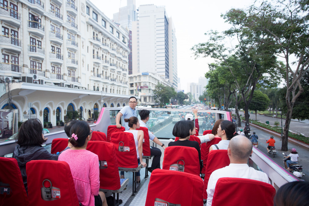 Các điểm tham quan trong tour khám phá thành phố như: Bảo tàng lịch sử Việt Nam, Thảo Cầm Viên, Bảo tàng Chứng tích chiến tranh, Phố đi bộ Bùi Viện, chợ Bến Thành, Phố đi bộ Nguyễn Huệ, Dinh Thống Nhất... Cự ly tuyến khoảng 12,7 km. Du khách có thể bắt đầu chuyến du lịch tại bất kỳ điểm dừng nào trong hành trình không nhất thiết tại điểm khởi hành đầu tiên.Xe buýt hai tầng mở nóc này sẽ hoạt động từ 9g sáng đến 21g30 đêm hàng ngày. Mỗi ngày có 22 chuyến và sẽ hoạt động liên tục 365 ngày/năm. Giá vé từ 200.000 - 475.000 đồng/người cho loại vé có giá trị 24 giờ và 650.000 đồng/người cho vé có giá trị trong 48 giờ kết hợp với đưa đón sân bay miễn phí. Trong thời gian đầu hoạt động, loại vé 475.000 đồng sẽ được giảm còn 330.000 đồng.