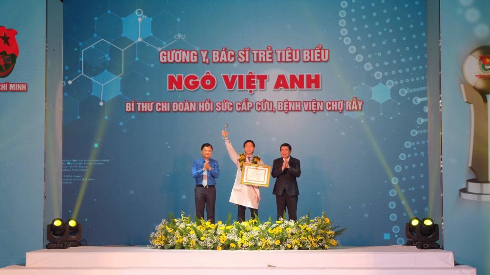 Tuyên dương gương y, bác sĩ trẻ tiêu biểu với bác sĩ Ngô Việt Anh, một trong những người tham gia tích cực ở tuyến đầu chống dịch COVID-19.