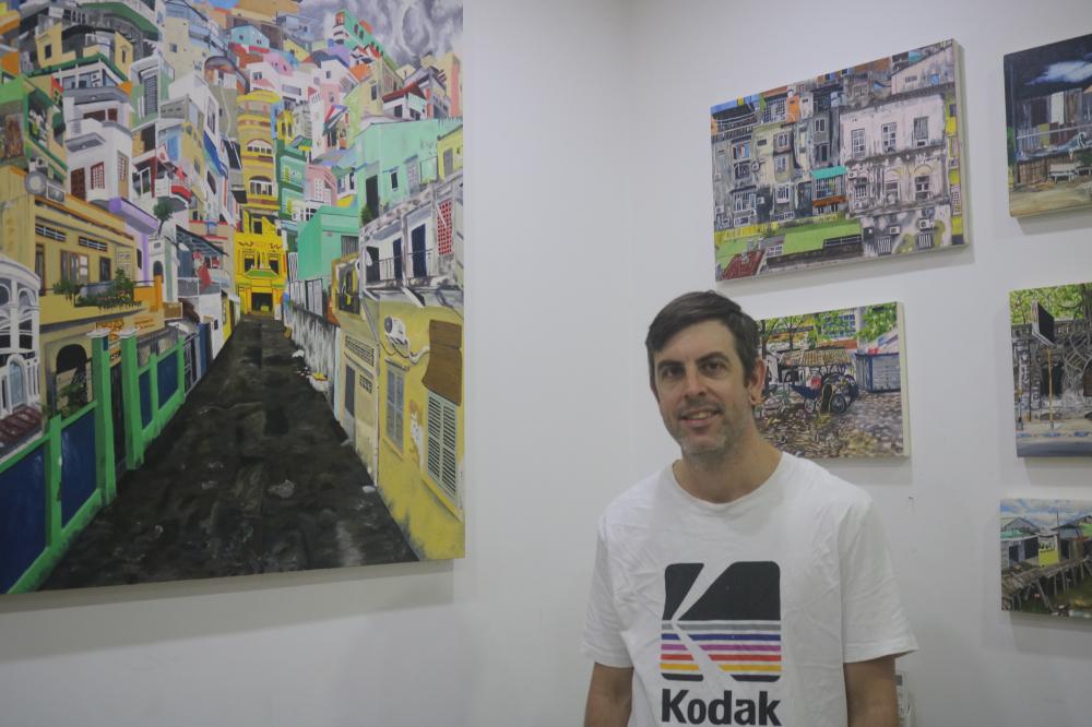 Mike và các bức tranh của anh