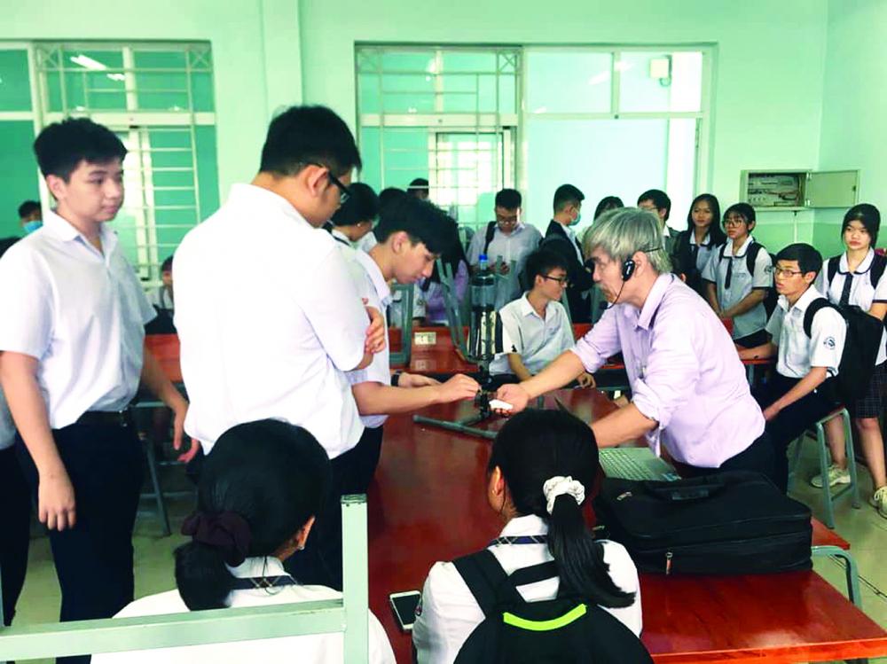 Thầy Phạm Đông Phương hướng dẫn học sinh chế tạo tên lửa nước