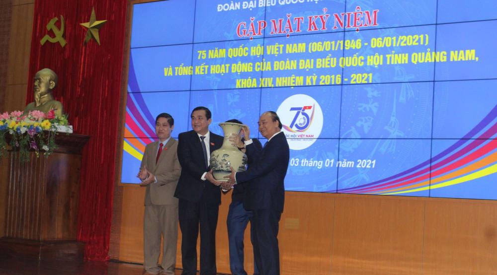 Thay mặt Chính phủ, Thủ tướng đã trao tặng quà lưu niệm cho tỉnh Quảng Nam nhân kỷ niệm 75 năm Quốc hội Việt Nam