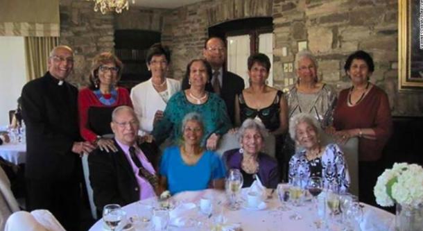 Gia đình D'Cruz, bao gồm 12 anh chị em, hiện giữ Kỷ lục Guinness Thế giới về độ tuổi cộng lại lớn nhất.