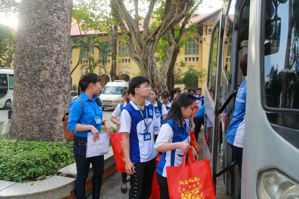 Sinh viên Trường ĐH Sài Gòn còn được mang theo lỉnh kỉnh quà bánh về quê cho gia đình