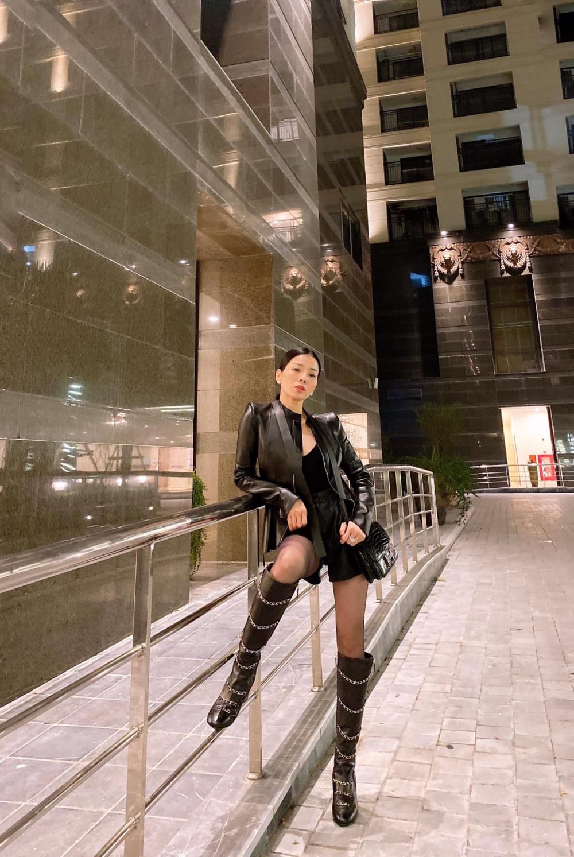 Set đồ bằng da với phong cách mạnh mẽ gồm áo khoác, quần short, boots cao cổ, túi xách được Lệ Quyên phối ăn ý mang đến vẻ ngoài năng động, cá tính nhưng không kém phần ấn tượng.