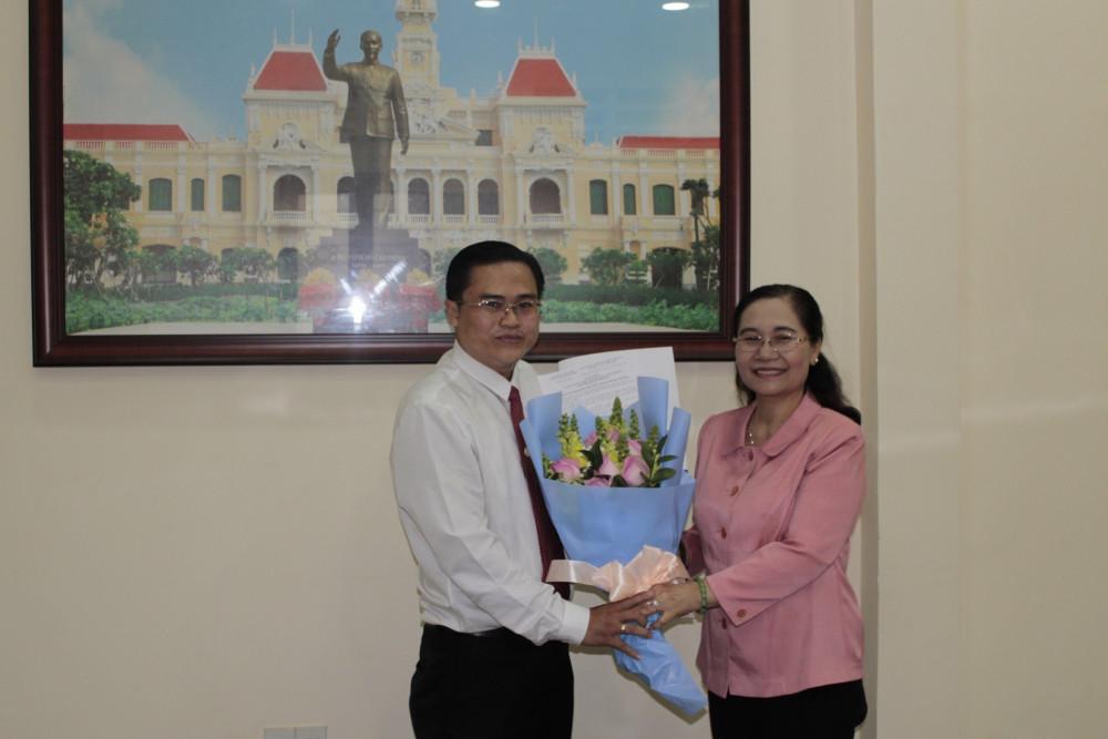 Chủ tịch HĐND TPHCM Nguyễn Thị Lệ trao quyết định cho ông Cao Thanh Bình