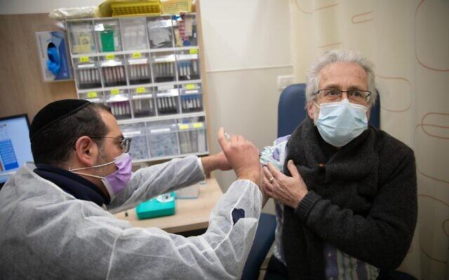 Một người đàn ông được tiêm vắc-xin COVID-19 của Pfizer tại Jerusalem, Israel hôm 30/12/2020