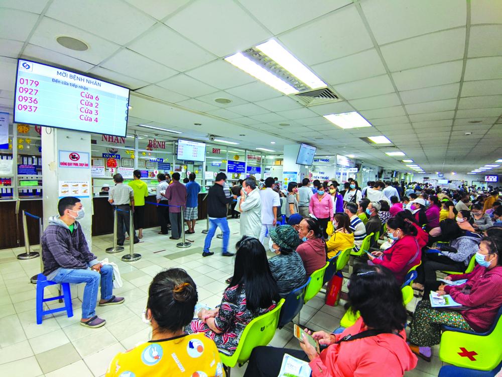 Bệnh nhân tới khám rất đông tại Bệnh viện Nhân dân Gia Định sau khi thông tuyến tỉnh khám chữa bệnh bảo hiểm y tế ẢNH: HIẾU NGUYỄN