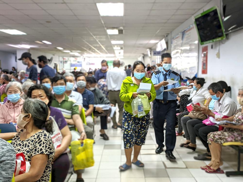 Bệnh nhân tới khám rất đông tại Bệnh viện Nhân dân Gia Định sau khi thông tuyến tỉnh khám chữa bệnh bảo hiểm y tế - ảnh: hiếu nguyễn