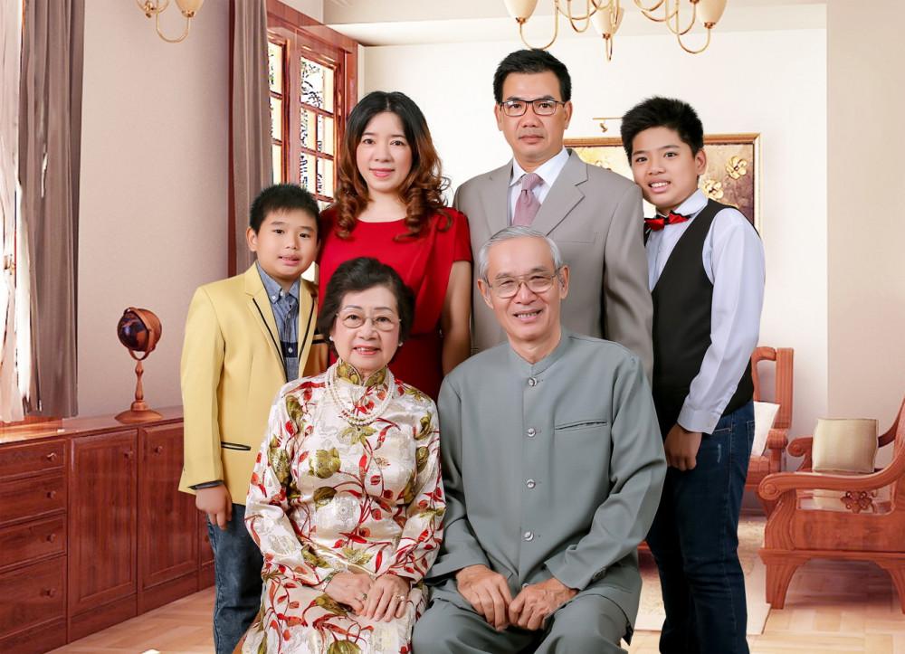 Vợ chồng tiến sĩ Nguyễn Nhã và gia đình người con nuôi