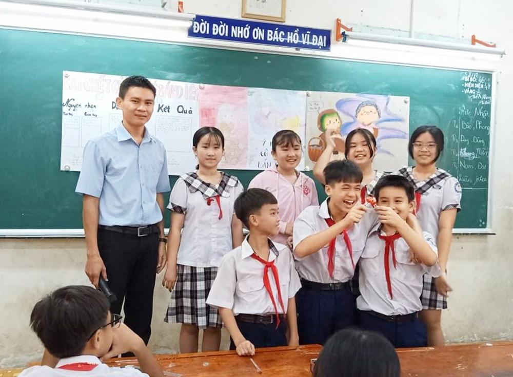 Học sinh của thầy Hoàng Văn Đồng hào hứng khi làm chủ bài học