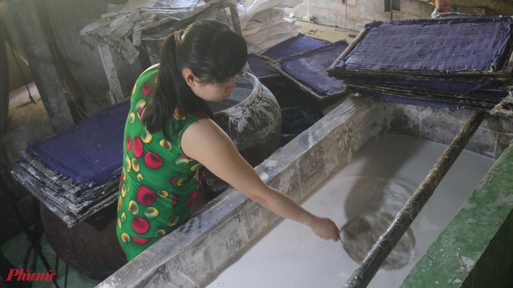 Từ khi về làm con dâu nhà thầy giáo Sanh, chị Hoa được học nghề làm bột và thành thạo công việc của gia đình.