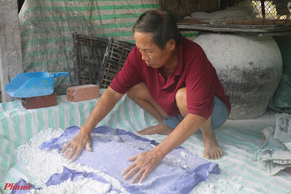 Dù không còn đụng tay đụng chân nhiều nhưng thầy giáo Sanh vẫn phụ vợ, con mình làm bột.