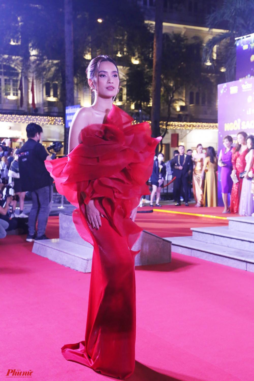 Ca sĩ Ái Phương nổi bật với thiết kế màu đỏ, có chi tiết hoa 3D to bản ở ngực.