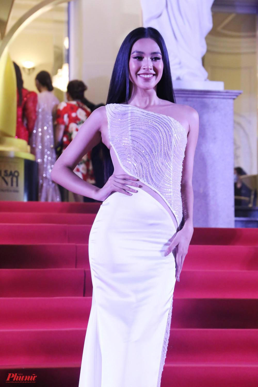 Hoa hậu Tiểu Vy cũng góp mặt trong sự kiện này. Cô cũng chọn phong cách gợi cảm khi diện bộ váy trắng