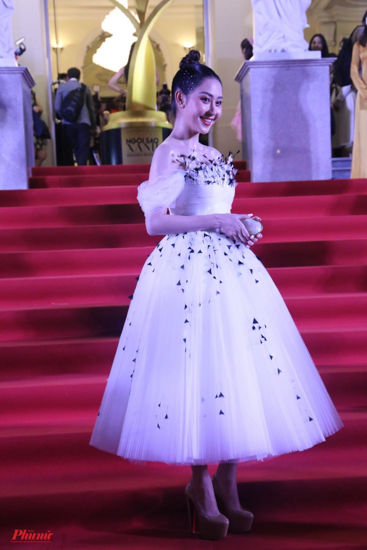 Diễn viên Tường Vi điệu đà với váy trắng xoè