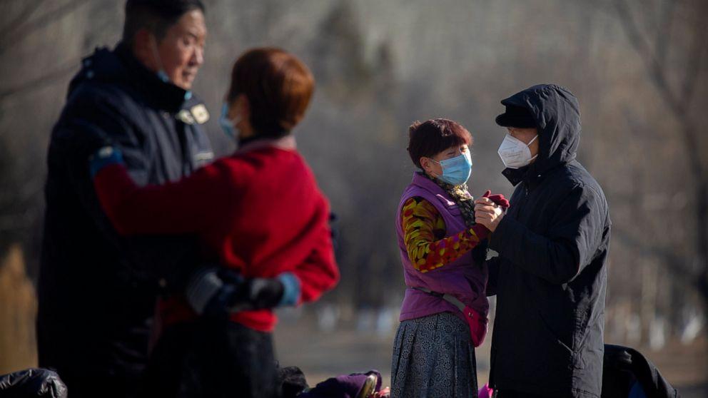 Người dân mang khẩu trang khiêu vũ tại một công viên ở Bắc Kinh hôm 5/1. (Ảnh: AP)