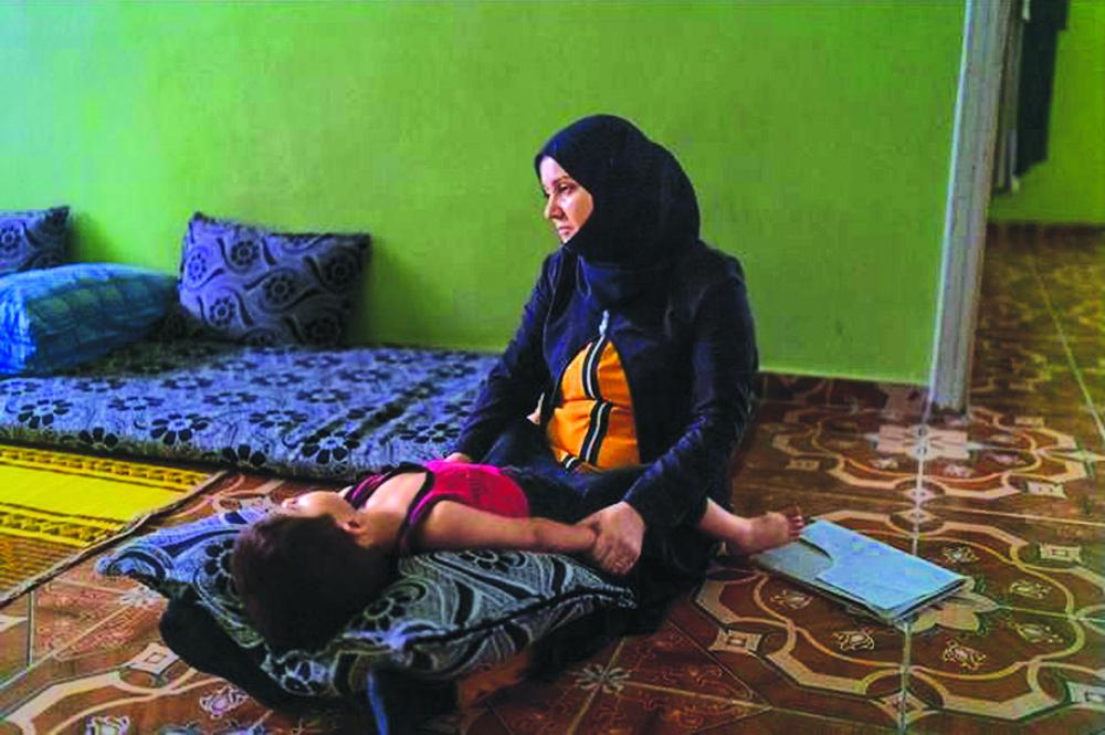 Bà Khadija al Mohammad đang hát ru cậu con trai út ba tuổi bằng những bài hát truyền thống ngọt ngào