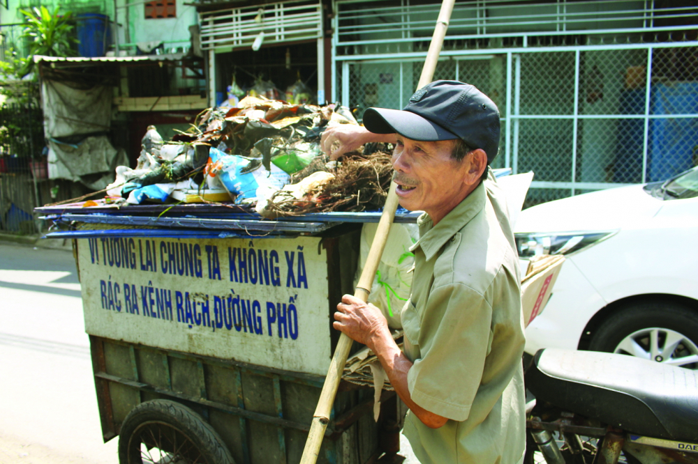 Ông Đức không quản ngại nắng mưa, đều đặn đi vớt rác - Ảnh: Lâm Ngọc