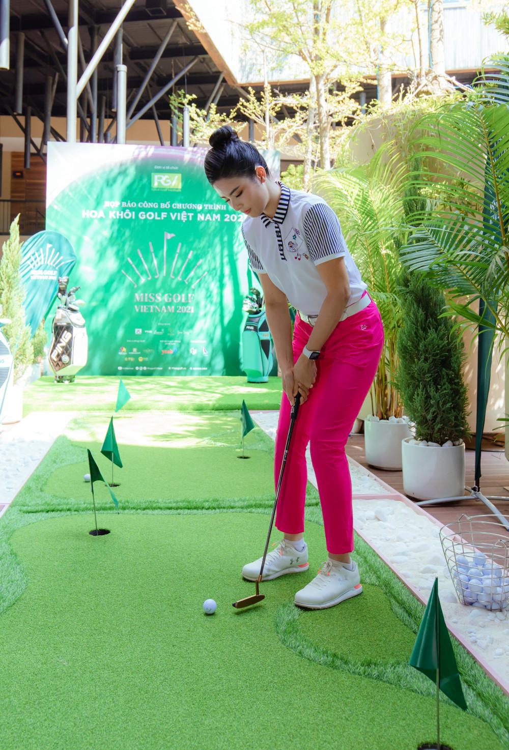 """""""Tôi từng thấy chơi golf như bác nông dân ra đồng, phải chịu nắng cực quá. Nhưng khi chơi và bắt đầu có những thành tích nho nhỏ, tôi cảm thấy vui kinh khủng. Tinh thần trở nên sảng khoái, phấn khích"""", Hoa hậu Việt Nam 2010 chia sẻ."""