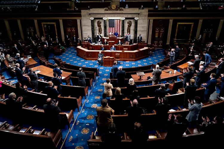 Quốc hội tiếp tục họp trở lại để chứng nhận chiến thắng của ông Biden sau khi những người ủng hộ Tổng thống Trump xông vào Điện Capitol - Ảnh: Reuters