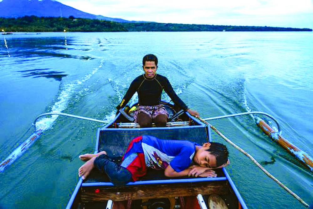 Đối với cậu bé Zaijan Villaruel, bài hát ru chỉ đơn giản là tiếng sóng và tiếng động cơ của chiếc thuyền độc mộc