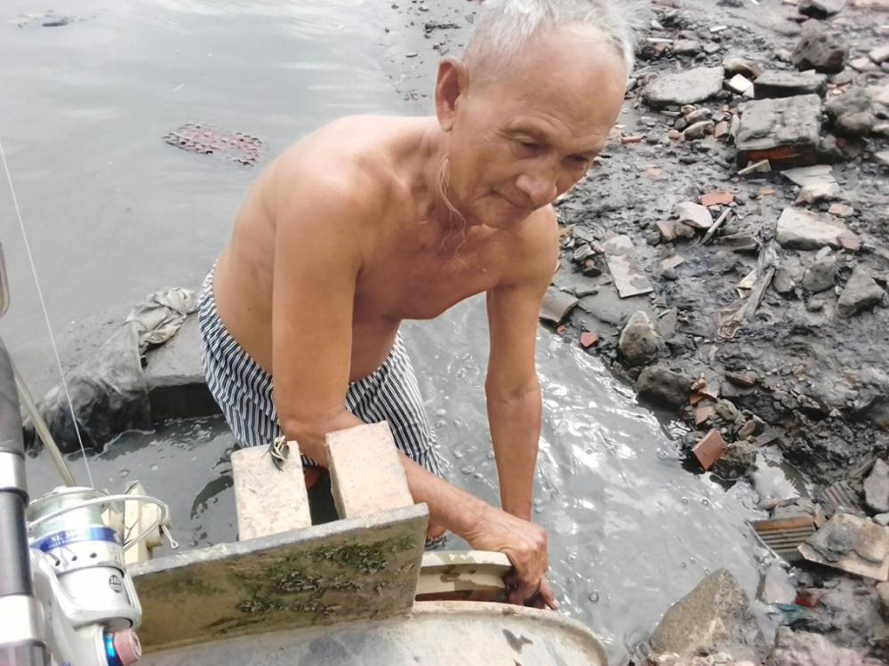 Hơn 70 tuổi, ông Kính vẫn xung phong xuống vớt rác, thông cống - Ảnh do nhân vật cung cấp