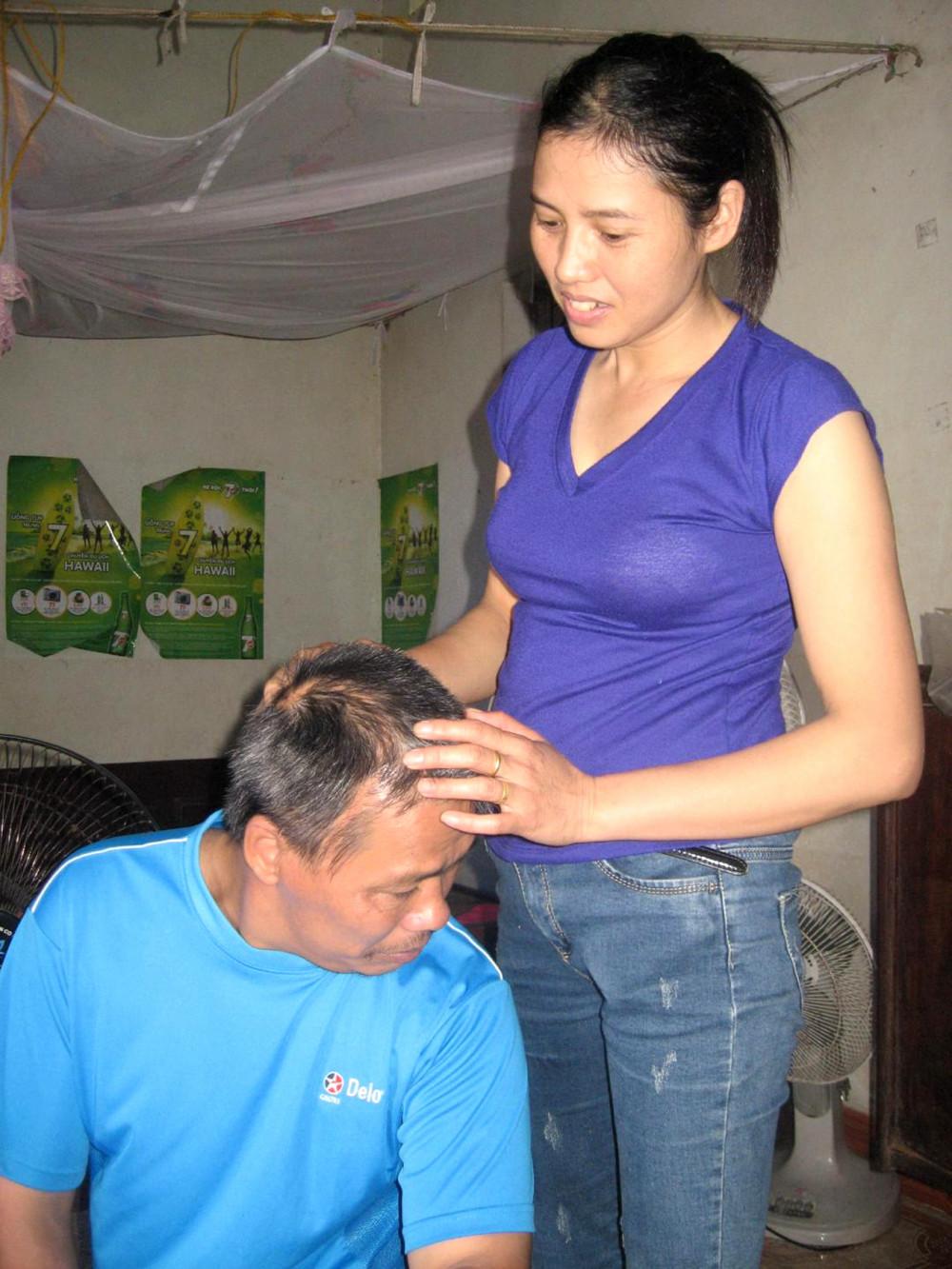 Chị Liễu đang chăm sóc chồng