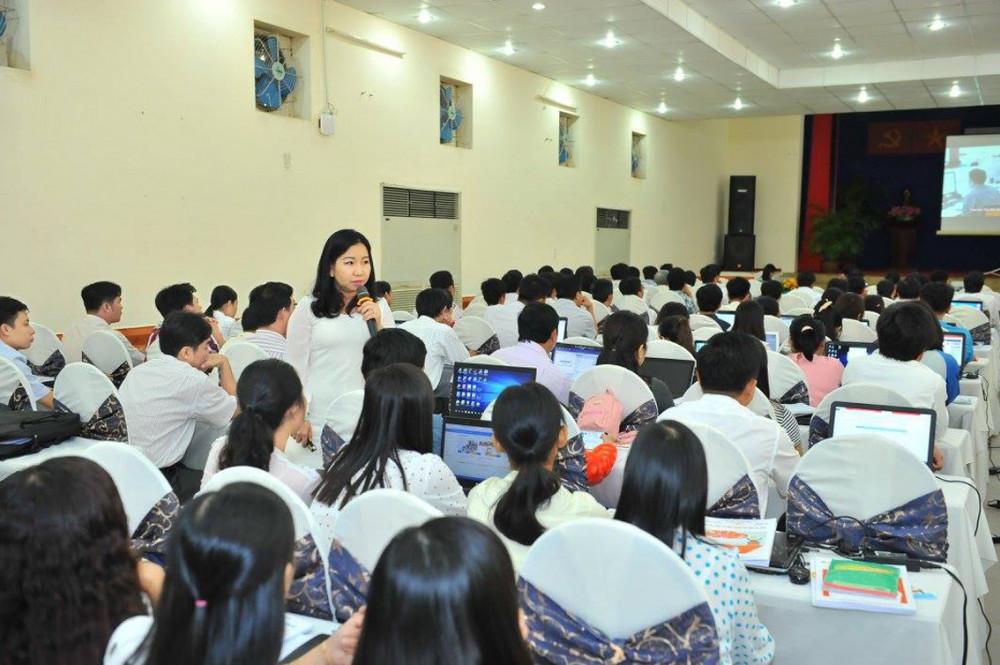 Bà Tô Thụy Diễm Quyên trong buổi tập huấn giáo viên