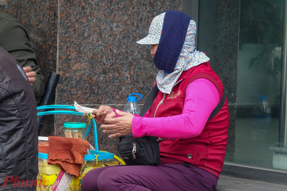 Những người cảm nhận cái lạnh rõ ràng nhất là những người buôn bán trên vỉa hè và kiếm sống ngoài đường.