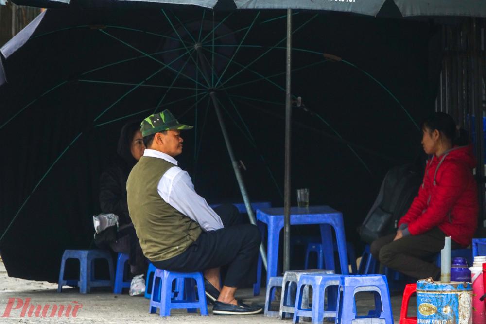 Nhờ những chiếc ô loại siêu to này, người ngồi uống nước cũng tránh được những cơn gió lạnh buốt của ngày hôm nay.