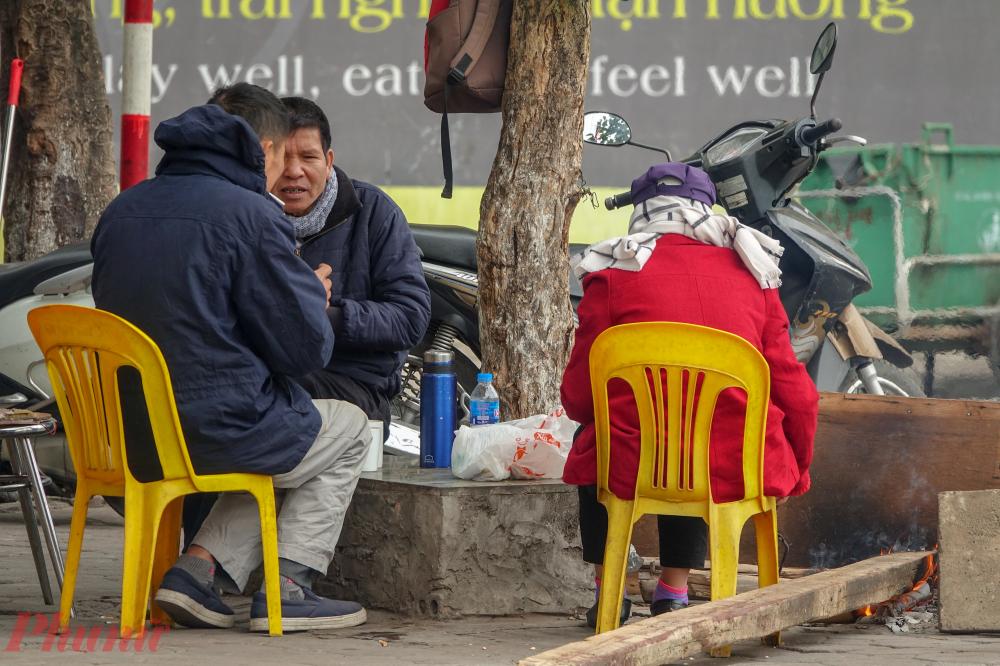 Cách giữ ấm của những người dân lao động ngoài mặc thêm áo đó là đốt một đống củi để sưởi khi nghỉ ngơi.