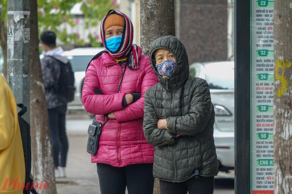 Để thích nghi với cái lạnh đột ngột này, người dân phải khoác thêm nhiều lớp áo cùng với các loại phụ kiện như khăn quàng cổ, mũ len, găng tay...