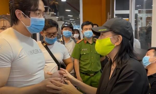 Cát Phượng (khẩu trang xanh) và nhiều nghệ sĩ kéo đến cơ sở kinh doanh của D.N. để buộc người này phải xin lỗi gia đình nghệ sĩ Chí Tài