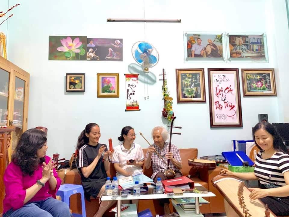 Ở tuổi ngoài 100 nhạc sư Vĩnh Bảo vẫn luôn hào hứng hòa đờn khi có người tới thăm.