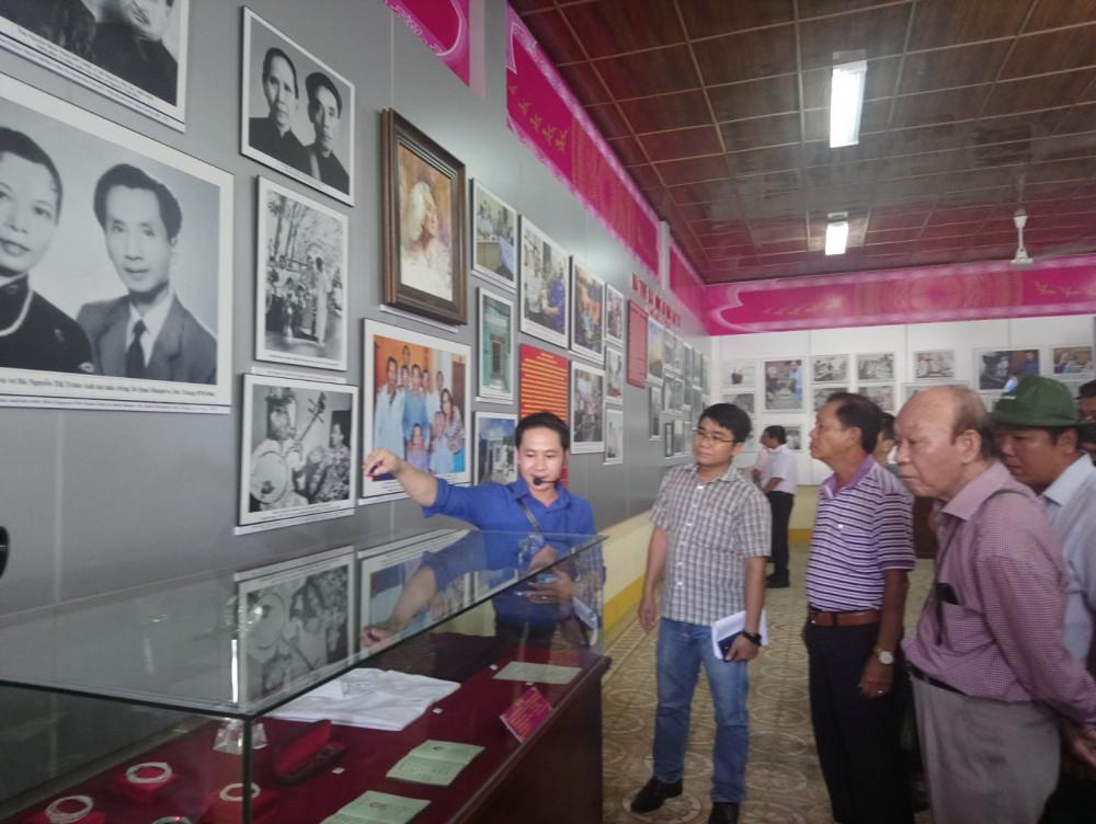 Bức ảnh nhạc sư Vĩnh Bảo hòa tấu cùng GS.TS Trần Văn Khê năm 1972 được trưng bày tại khu lưu niệm.