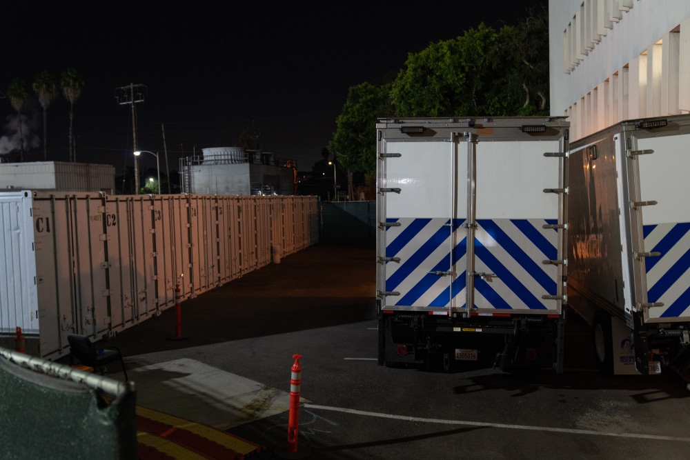 Xe kéo và container lạnh tràn tủ lạnh nằm bên ngoài Sở Giám định Y tế Hạt Los Angeles ở Los Angeles.