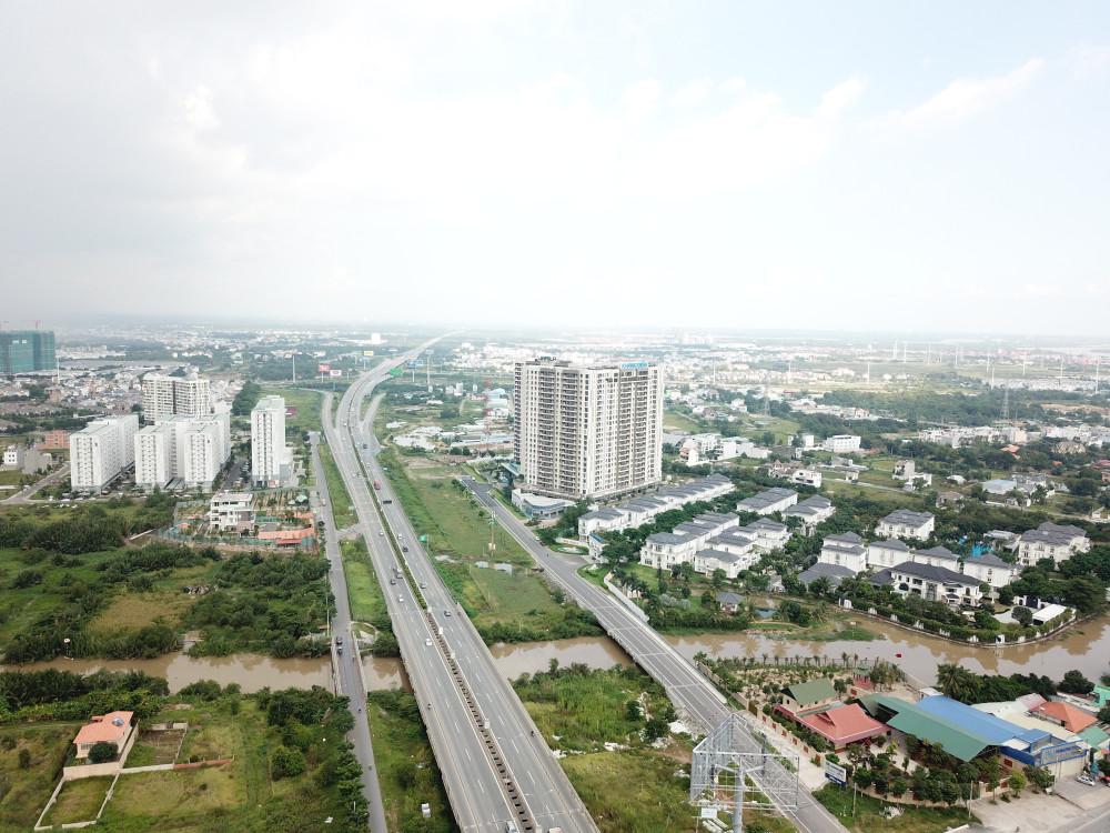 Theo các chuyên gia, việc đẩy nhanh tiến độ hoàn thành các dự án hạ tầng giao thông cũng là cách thúc đẩy sự phát triển của bất động sản