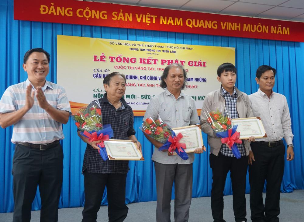 Các tác giả đoạt giải cuộc thi sáng tác tranh cổ động.