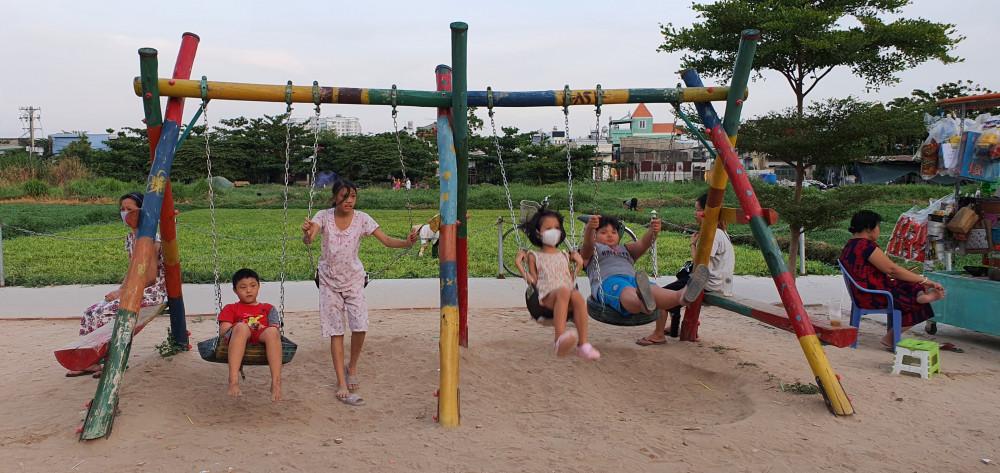Bãi rác tự phát được dọn dẹp và thay bằng công viên cho trẻ em