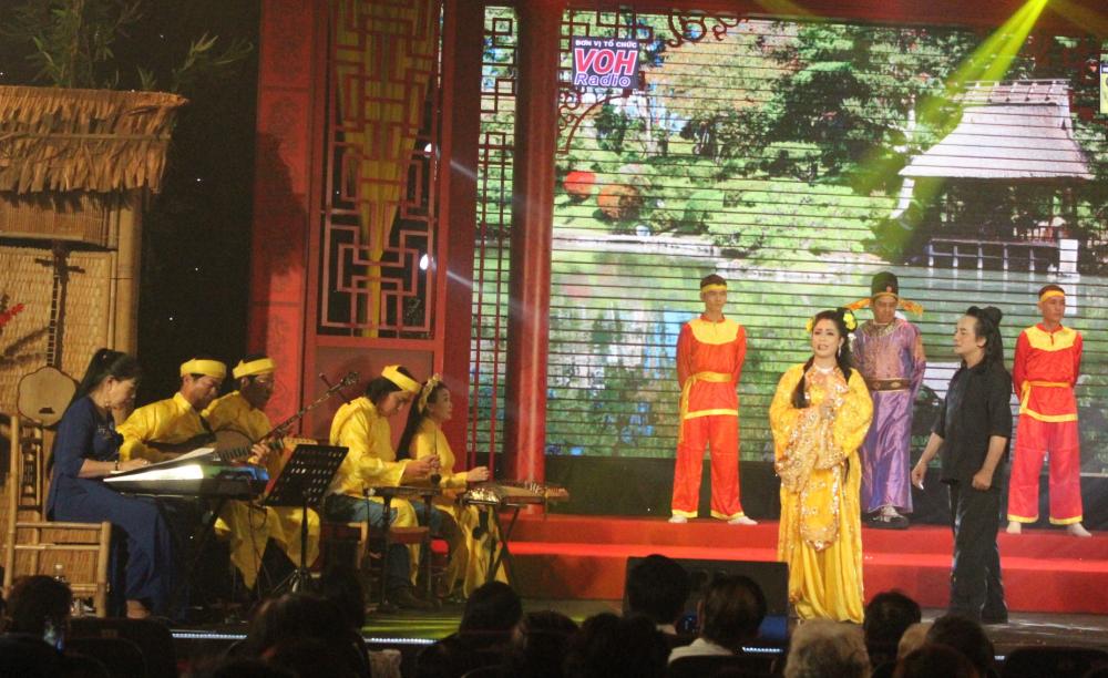 Nguyễn Thị Hàn Ni chinh phục khán giả với chất giọng cao, trong, sáng và phong cách biểu diễn tự tin.