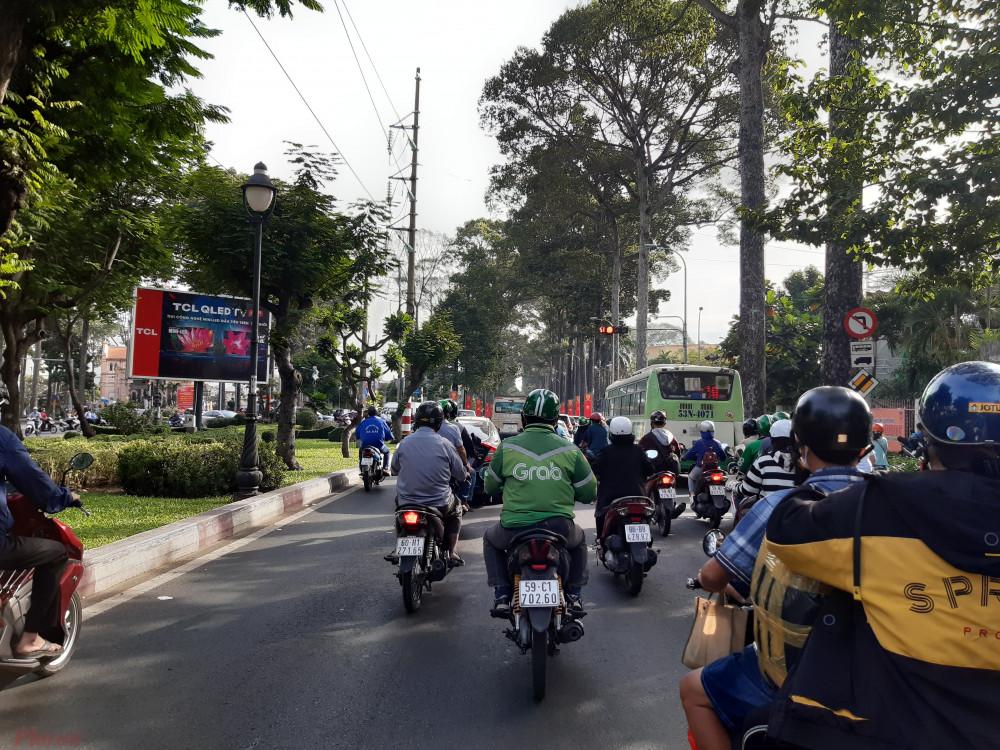 Xe buýt tuyến số 10 chọn chờ đèn đỏ tại giao lộ Hồng Bàng - Ngô Quyền ở làn đường xe máy. - Ảnh: Lâm Ngọc