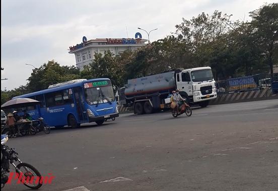 Xe buýt đậu gần hầm chui Tân Tạo dù không phải trạm. - Ảnh: Lâm Ngọc