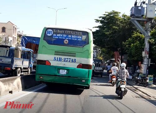 Quốc lộ 1A đoạn qua quận 12 đang kẹt xe, chiếc xe buýt này đi sang phần đường xe máy cho nhanh. - Ảnh: Lâm Ngọc