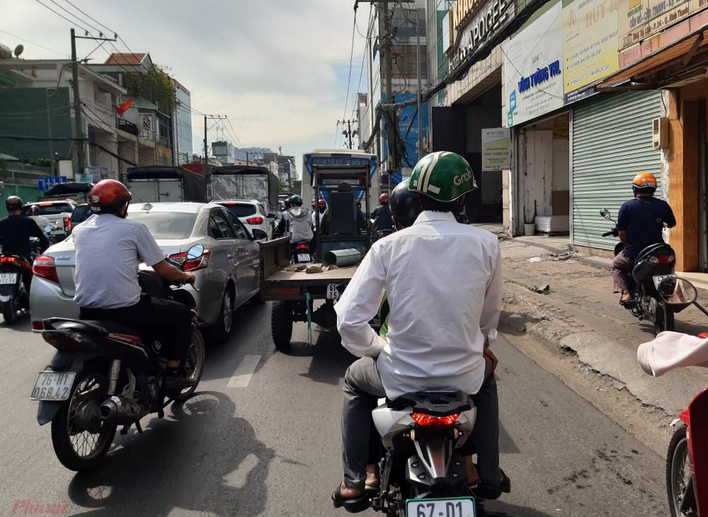 Bị tranh mất đường, một vài xe máy muốn đi nhanh cũng leo lên vỉa hè.