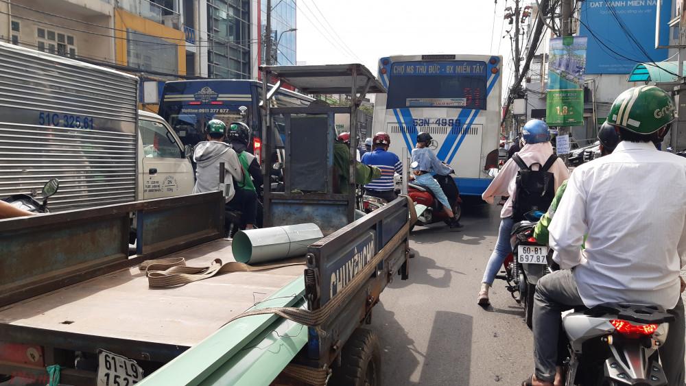 Chiếc xe buýt to chắn hết lối đi của xe máy. - Ảnh: Lâm Ngọc