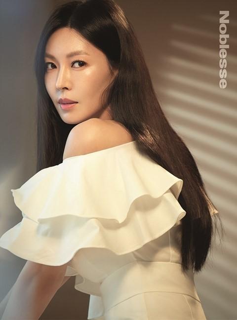 Bên cạnh khả năng diễn xuất cực tốt, giúp cô đứng đầu bảng xếp hạng danh tiếng thương hiệu diễn viên phim truyền hình nhiều tuần liên tục, thì nhan sắc trẻ trung, vóc dáng nuột nà ở tuổi 41 của So Yeon còn khiến phái đẹp ghen tị.