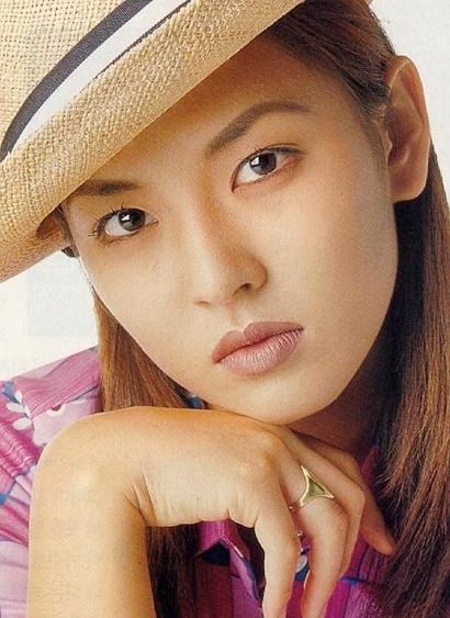 """Bất chấp sự phản đối của gia đình, Kim So Yeon vẫn quyết tâm thi Miss Binggrae ở tuổi vị thành niên và giành ngôi vị cao nhất. Từ đây cô nhận không ít ý kiến trái chiều về vẻ đẹp già trước tuổi, đánh mất sự hồn nhiên, ngây thơ khi lúc nào cũng xuất hiện với những lớp trang điểm dày """"cộm""""."""